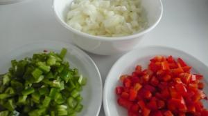 Cebolla, pimiento verde y pimiento rojo, cortado en brounise.
